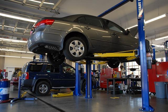 Garagist inspecteert wagen
